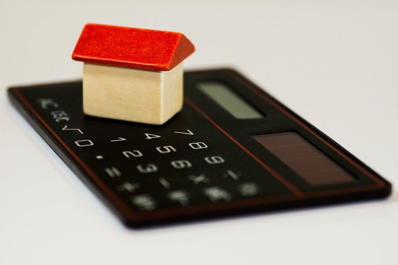Mieszkanie na kredyt, czy gotówkę? Ile czasu trzeba oszczędzać?